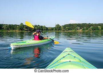 niño, en, chaleco salvavidas, en, verde, kayac