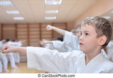 niño, en, deportes pasillo, es, ocupado, en, karate