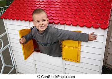 niño, en, el, casa de juguete