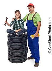 niño, en, el, taller de reparaciones auto