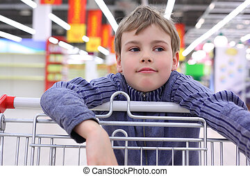 niño, en, tienda, con, carrito