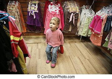 niño, en, tienda de ropa femenina