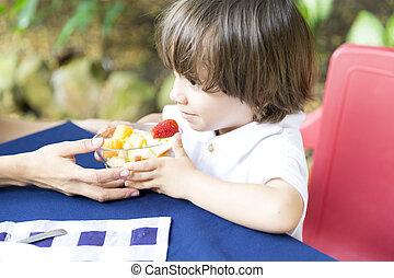 niño, encantador, picnic, teniendo