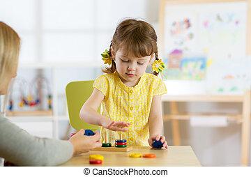 niño, es, jugar juguetes, en, guardería infantil