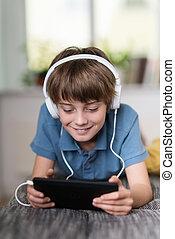 niño, escuchar música, o, un, e- aprendizaje, clase