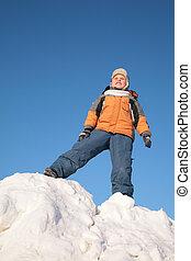 niño, estantes, en, nieve, colina