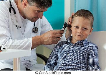 niño, examen de oreja, durante