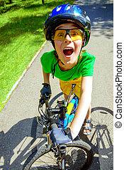niño excitado, en una bici