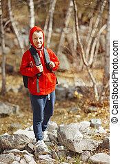 niño, excursionista, vestido, mochila, forest., sweatshirt., sonriente, rojo, feliz