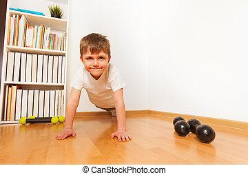 niño, flexiones, preschooler, press-ups, o, ejercicio