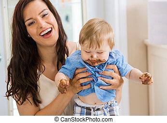 niño, glaseado, cara, bebé, tenencia, madre, pastel