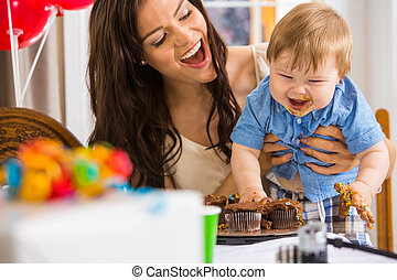 niño, glaseado, madre, desordenado, manos de valor en cartera, pastel, cubierto
