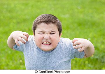 niño, grasa, Mirar, malo, cámara, agresivo