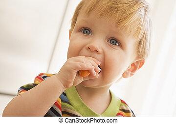 niño joven, comida, zanahoria, dentro