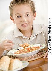 niño joven, dentro, comida, sopa