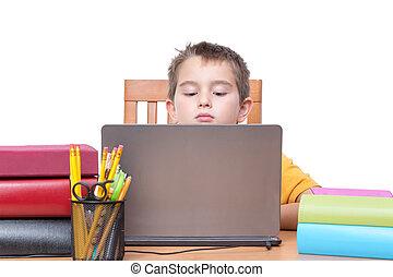 niño joven, en, computador portatil, estudiar, en el escritorio, con, libros