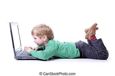 niño joven, en, computador portatil