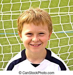 niño joven, juegos, futbol, y, goza, él