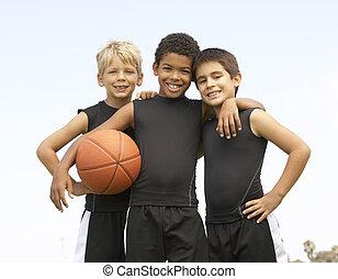niño joven, jugar al básquetbol
