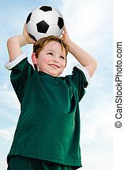 niño joven, jugar al fútbol, en, organizado, liga, juego