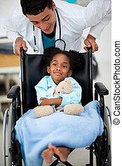 niño joven, ser, cared, para, por, un, doctor