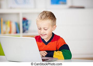 niño joven, utilizar, un, computador portatil