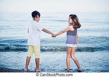 niño joven, y, niña, mirar el mar