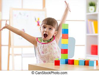 niño, juego, con, bloque, juguetes, en, cuidado día, centro