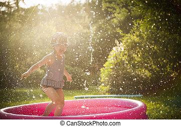 niño, juego, en, agua