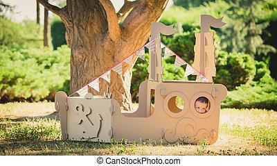 niño, juego, en, cartón, barco, en, park.