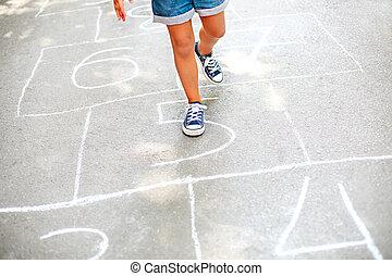 niño, juego, patio de recreo, rayuela, aire libre