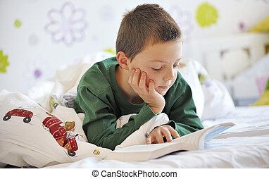 niño, libro, lectura, cama