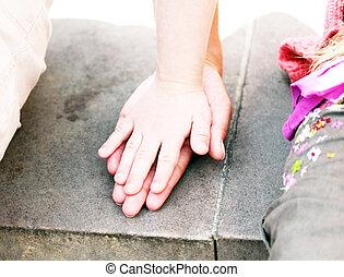 niño, madre, juntos, manos