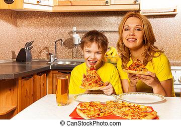 niño, madre, listo, retrato, comer, pizza