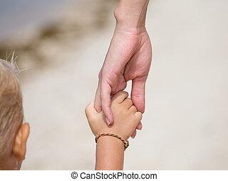 niño, madre, playa, manos