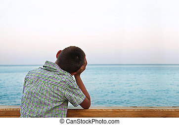niño, mirar el mar, en, el, ocaso