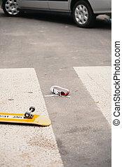 niño, monopatín, y, zapato, en, paso de peatones, después, colisión, con, un, coche