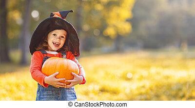 niño, niña, con, calabaza, aire libre, en, halloween