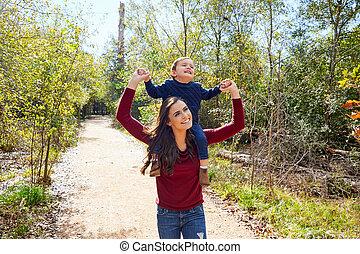 niño, niño, sentarse, en, madre, hombros, ambulante, parque