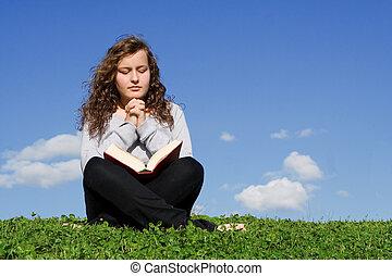 niño, o, adolescente, rezando, y, lectura, biblia, aire libre