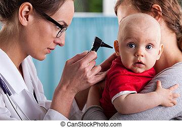 niño, otolaryngologist, hacer, examen de oreja