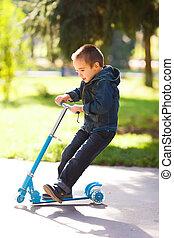 niño, patineta, parque, equitación