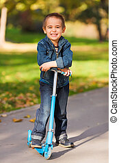 niño, patineta, reír