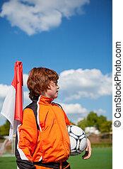 niño, pelota del fútbol de valor en cartera, mientras, el mirar lejos, en, esquina, bandera