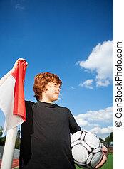 niño, pelota del fútbol de valor en cartera, mientras, posición, por, esquina, bandera