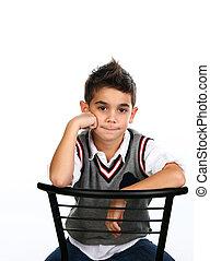 d63a81f595e Niño, poco, sentado, grande, aislado, gris, plano de fondo, traje ...