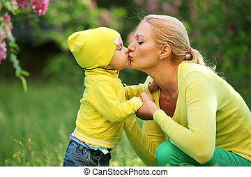 niño pequeño, besar, el suyo, madre, aire libre