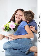 niño pequeño, besar, el suyo, mamá, en, día de la madre