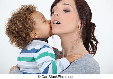 niño pequeño, besar, madre