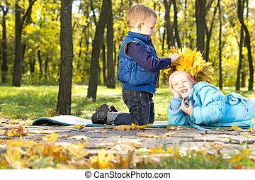 niño pequeño, elaboración, un, corona, de, hojas